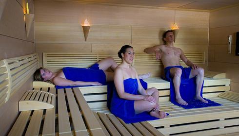 Personen in der Sauna des Clubs